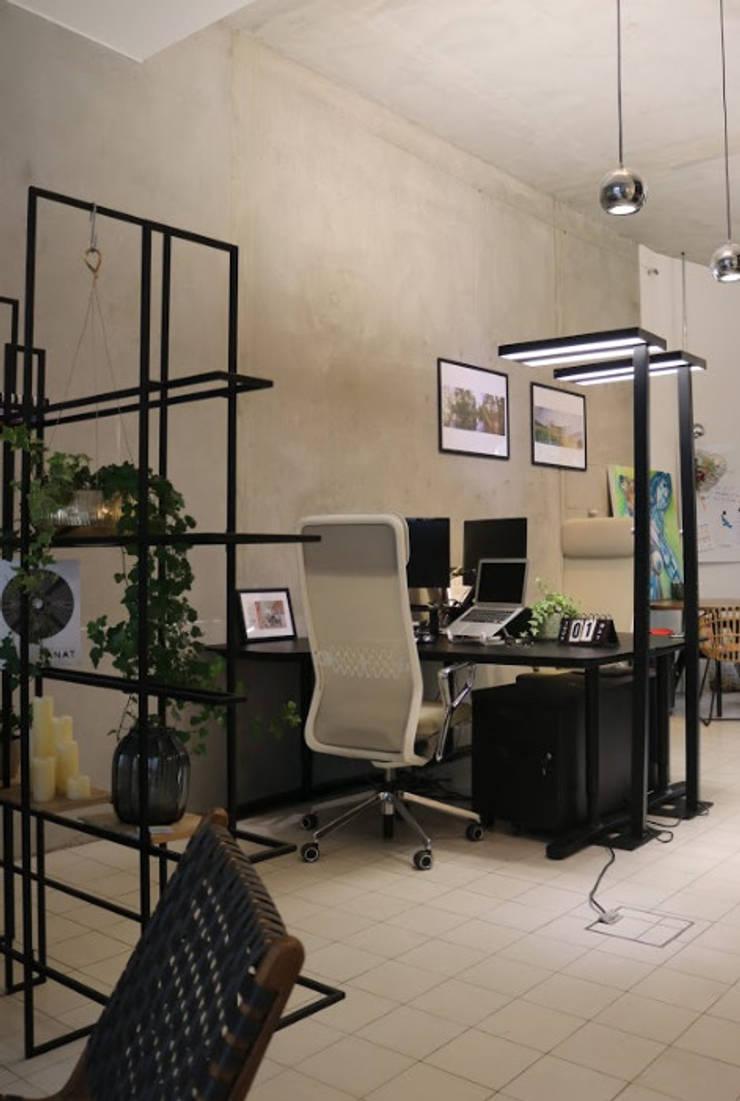 working space office chair and lamps Moderne Geschäftsräume & Stores von Ivy's Design - Interior Designer aus Berlin Modern Holz-Kunststoff-Verbund