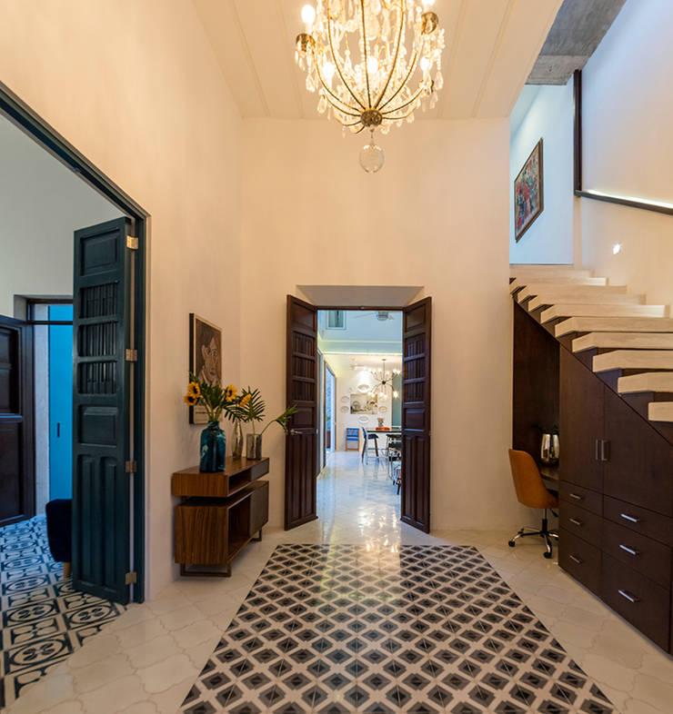 Escaleras de estilo  por Taller Estilo Arquitectura, Colonial Concreto