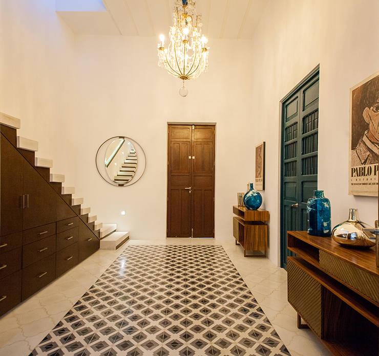 現代風玄關、走廊與階梯 根據 Taller Estilo Arquitectura 現代風 水泥