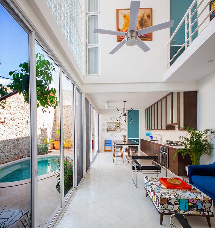 Pasillos y vestíbulos de estilo  por Taller Estilo Arquitectura, Moderno Hierro/Acero