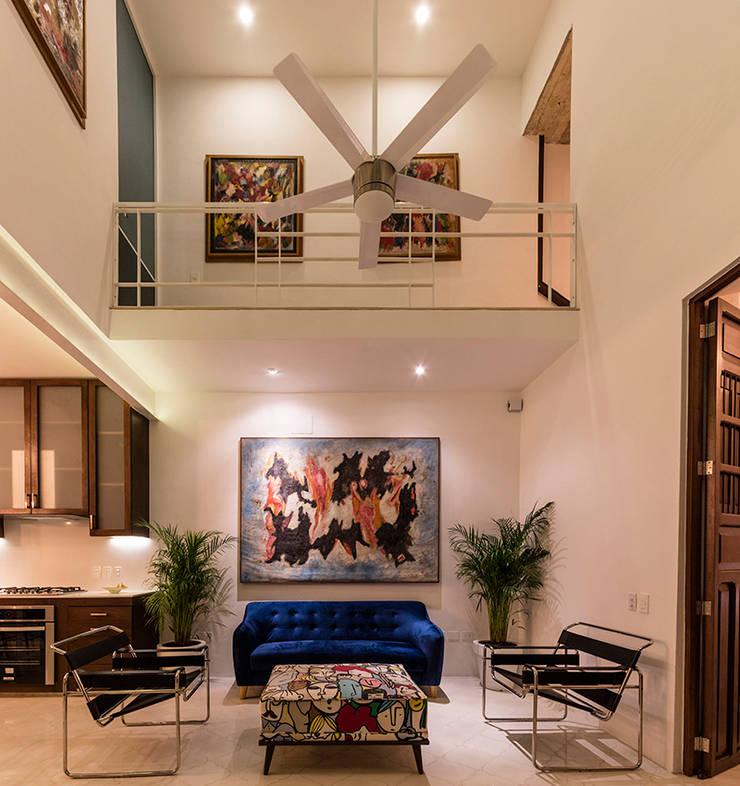 现代客厅設計點子、靈感 & 圖片 根據 Taller Estilo Arquitectura 現代風 水泥