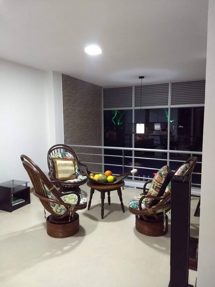 Moderne Wohnzimmer von Ariah Constructora Modern