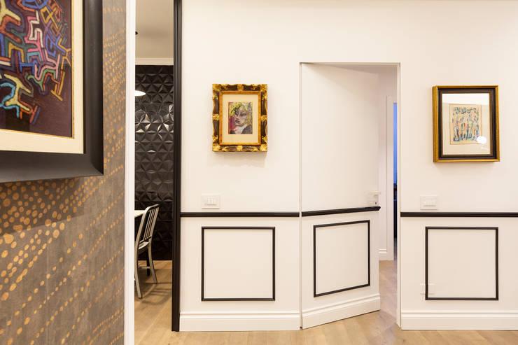 APPARTAMENTO DAVILA: Ingresso & Corridoio in stile  di a2 Studio  Borgia - Romagnolo architetti, Moderno