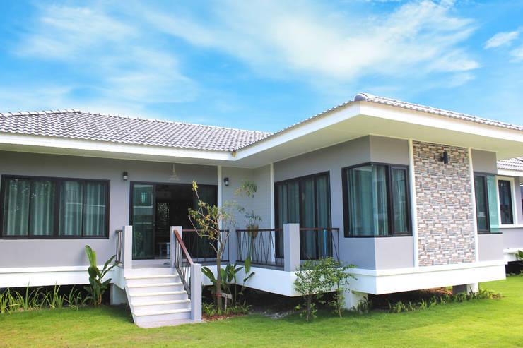 บ้านตัวอย่าง:  ศูนย์จัดงาน by บริษัท บ้านระเบียงขาว จำกัด