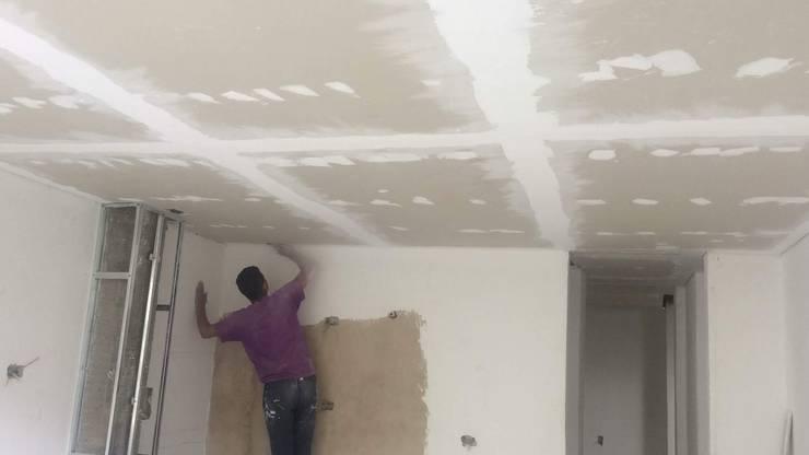 techo drywall: Techos planos de estilo  por Construferreteria