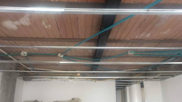 techo drywall estructura: Techos planos de estilo  por Construferreteria