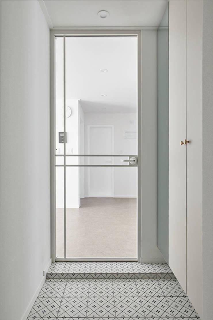 북유럽 풍 신혼집 인테리어 공간, 22평 작은 평수의 아파트 인테리어: BK Design Studio의  복도 & 현관,