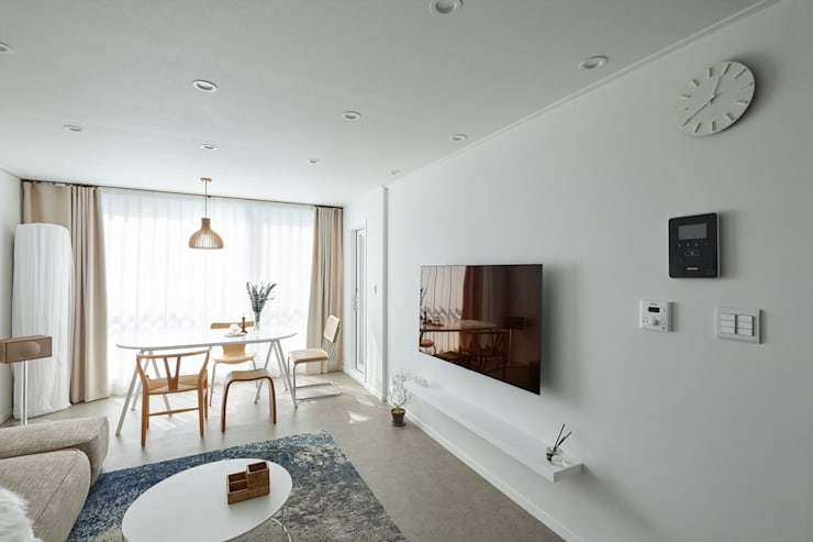 북유럽 풍 신혼집 인테리어 공간, 22평 작은 평수의 아파트 인테리어: BK Design Studio의  거실,