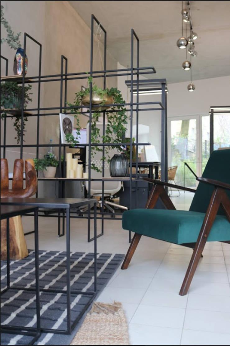 emerald green velvet custom made vintage chair Moderne Geschäftsräume & Stores von Ivy's Design - Interior Designer aus Berlin Modern Holz-Kunststoff-Verbund