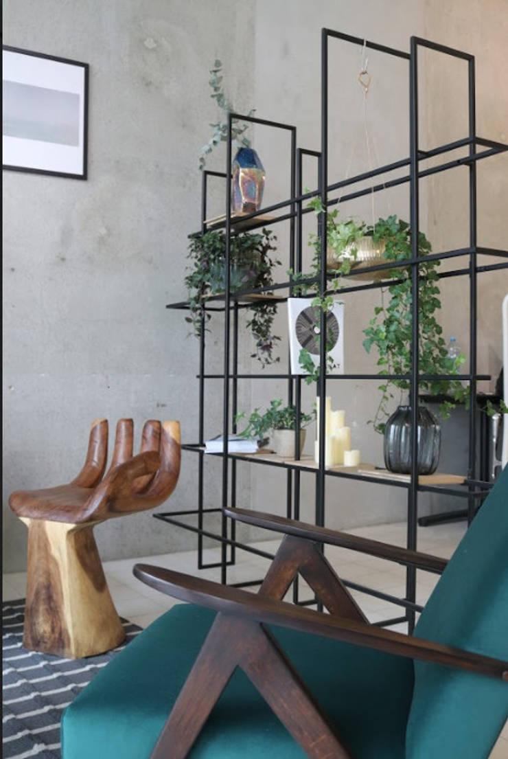 custom made wooden artistic armchair Moderne Geschäftsräume & Stores von Ivy's Design - Interior Designer aus Berlin Modern Holz Holznachbildung