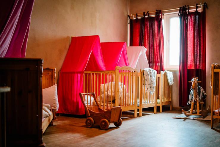 Gemütlicher Schlafsal - mit Lehmfarben gestaltet:  Schlafzimmer von S2 GmbH,