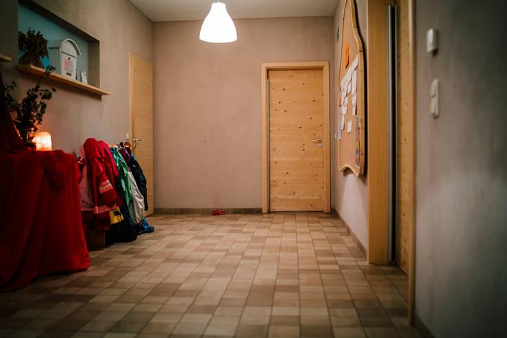 """Kindergarten """"Silberquell"""" - Flur und Garderobe und Schwarzes Brett mit ökologischen Lehmfarben:  Flur & Diele von S2 GmbH,"""