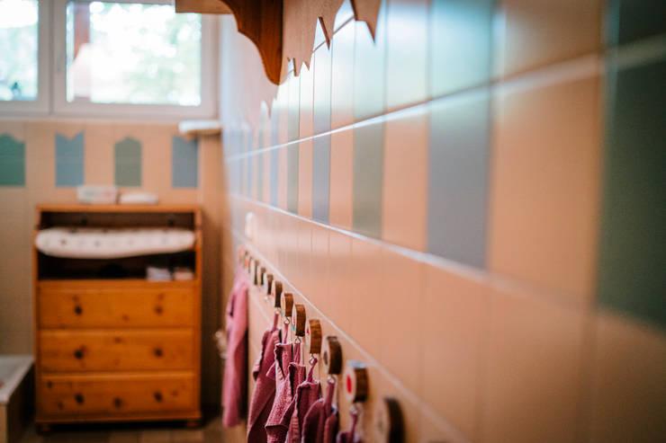 """In Reih und Glied - die Wandhaken für die Handtücher im Waschraum des Kindergartens """"Silberquell"""":  Badezimmer von S2 GmbH,"""