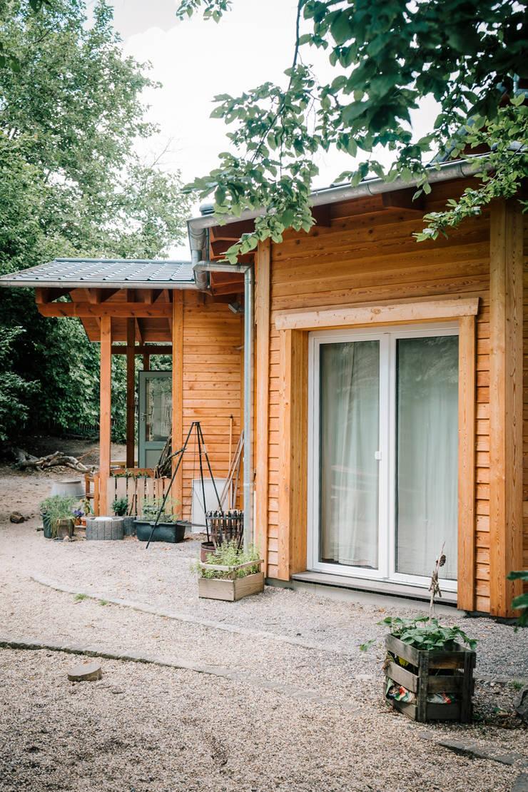 Die organische Form des Kindergartens ist schon von außen zu sehen...:  Häuser von S2 GmbH,