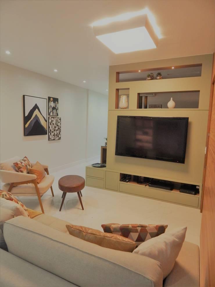 Sala dividida - Tv e Home Office por Izabella Biancardine Interiores Moderno