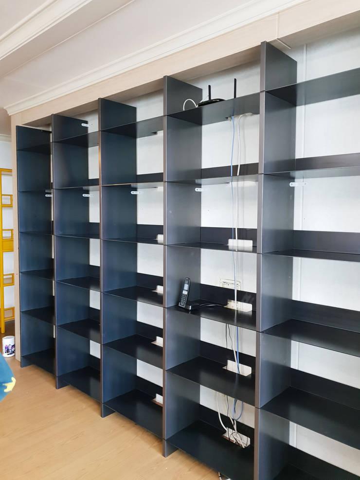 거실책장: 디자인모리의  거실