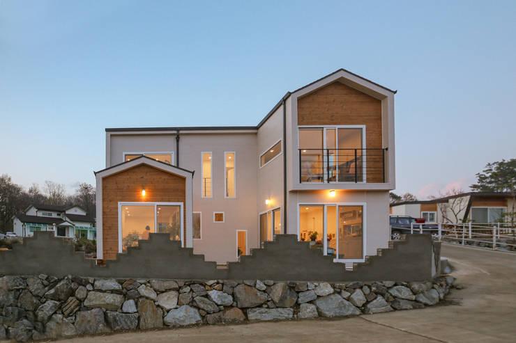 따뜻하고 아기자기한 전원주택: 공간제작소(주)의  목조 주택,