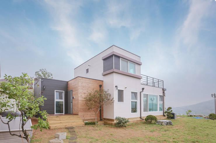 공기순환이 잘 되는 모듈러주택: 공간제작소(주)의  전원 주택,