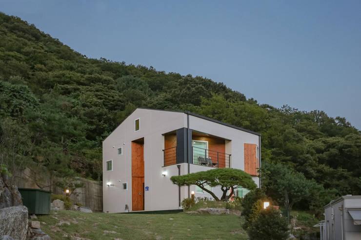 순환구조가 돋보이는 모듈화주택: 공간제작소(주)의  목조 주택,
