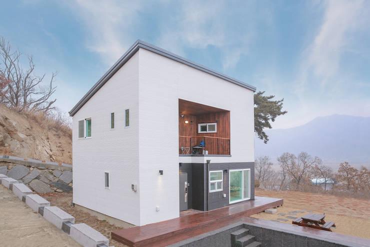 수영장 있는 펜션같은 전원주택: 공간제작소(주)의  조립식 주택,