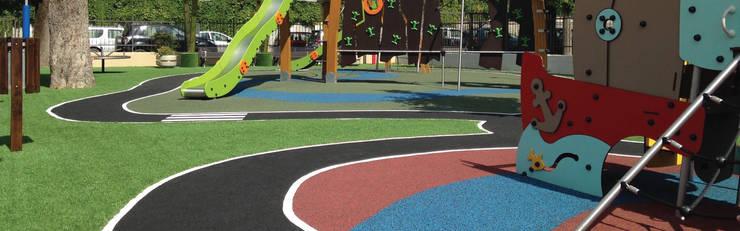 PAVIMENTO DE CAUCHO IN SITU: Pisos de estilo  por Assembling Center Games