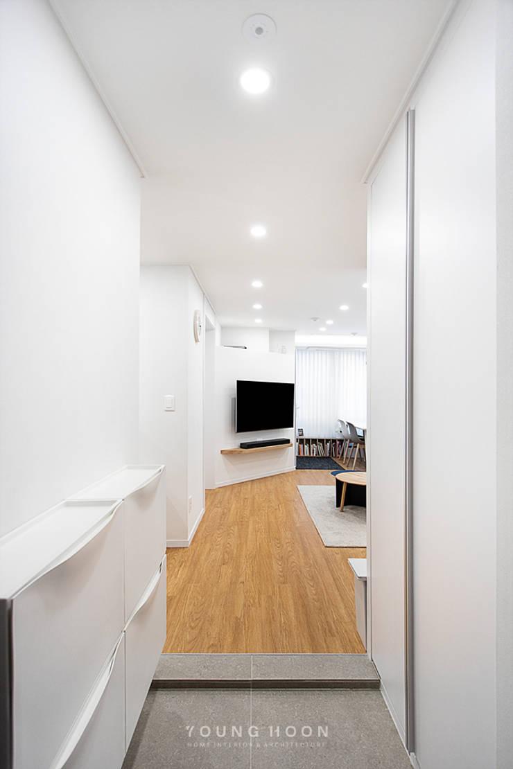 12PY 잠실 리센츠 아파트 인테리어 _ 좁은 공간을 활용한 신혼부부의 공간 인테리어: 영훈디자인의  복도 & 현관,