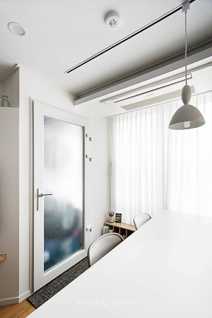 12PY 잠실 리센츠 아파트 인테리어 _ 좁은 공간을 활용한 신혼부부의 공간 인테리어: 영훈디자인의  서재 & 사무실,