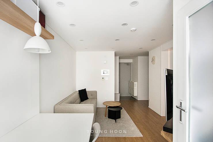 12PY 잠실 리센츠 아파트 인테리어 _ 좁은 공간을 활용한 신혼부부의 공간 인테리어: 영훈디자인의  거실,