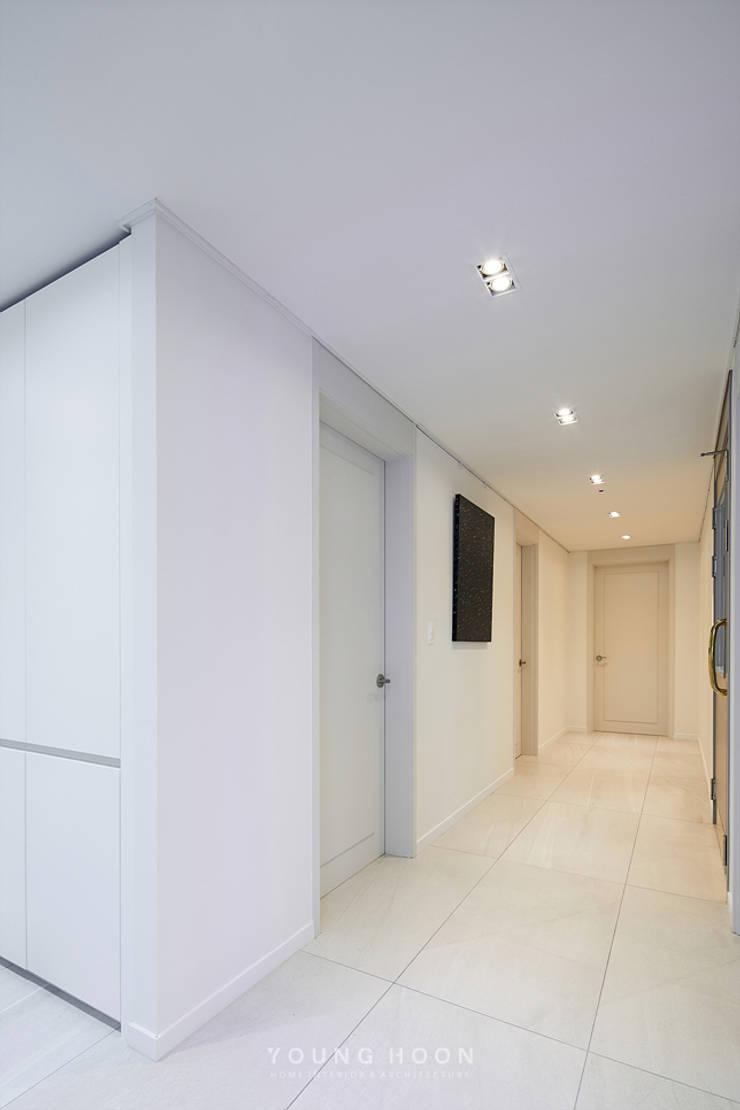 43PY 도곡렉슬 _ 수납공간으로 완성된 품격 있는 모던 아파트 인테리어: 영훈디자인의  복도 & 현관,