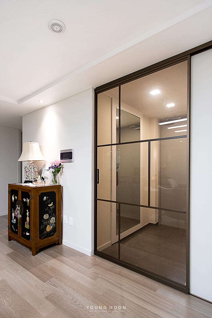33PY 삼성 힐스테이트1차_따뜻한 색감의 밝고 세련된 거실과 주방이 돋보이는 아파트 인테리어: 영훈디자인의  복도 & 현관,