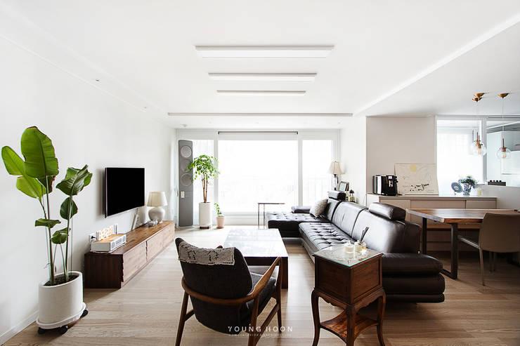 33PY 삼성 힐스테이트1차_따뜻한 색감의 밝고 세련된 거실과 주방이 돋보이는 아파트 인테리어: 영훈디자인의  거실,