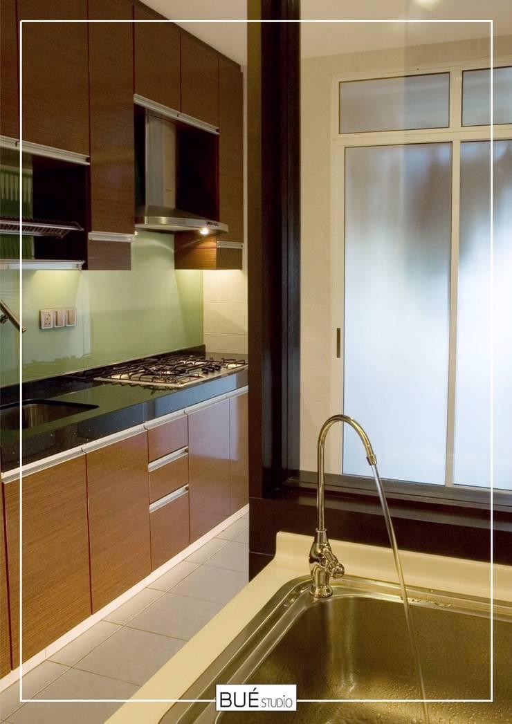 Kitchen by Bue Studio Co.,Ltd., Modern