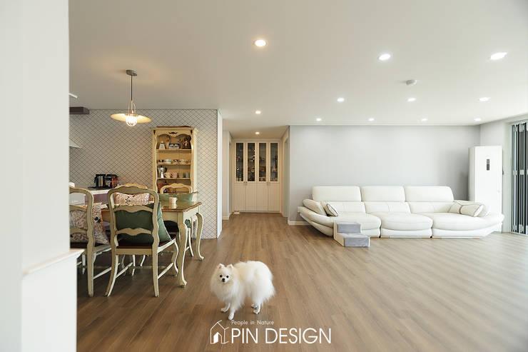 바이올렛의 우아함과 클래식한 가구들의 조합-우장산힐스테이트39평: 핀디자인(PIN:D)의  거실,클래식