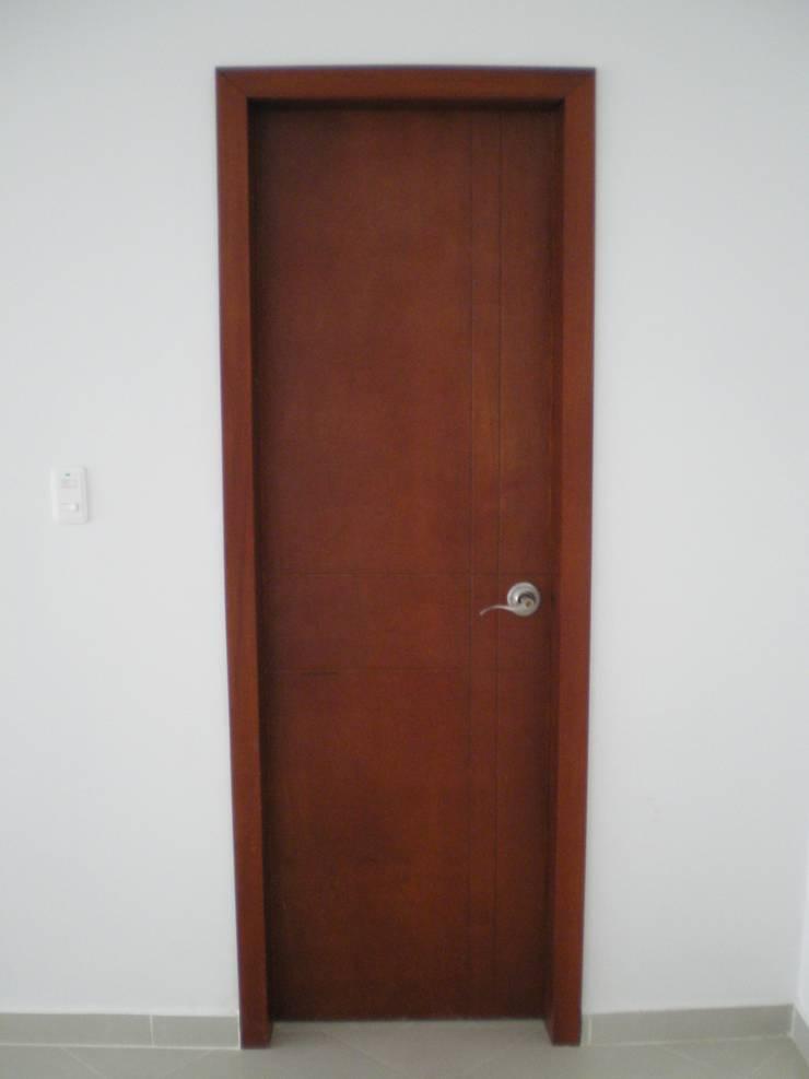 CARPINTERIA MADERA: Puertas y ventanas de estilo  por ME&CLA Ingeniería y Arquitectura