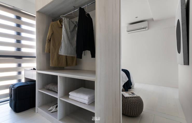 Walk in closets de estilo minimalista de 邑田空間設計 Minimalista