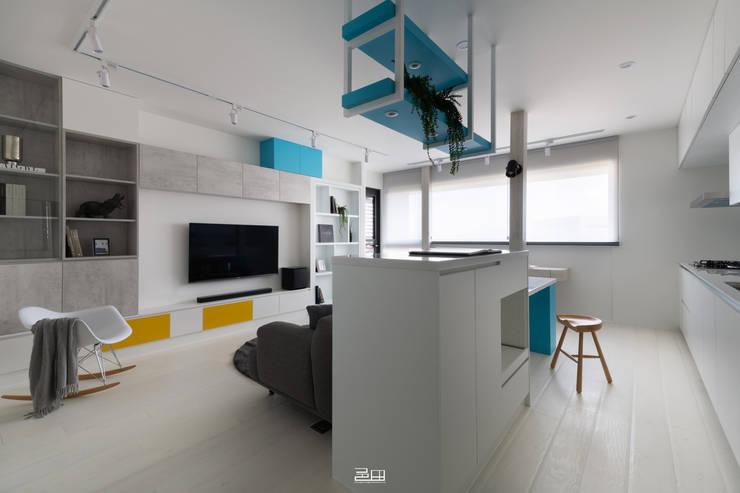 Livings de estilo minimalista de 邑田空間設計 Minimalista