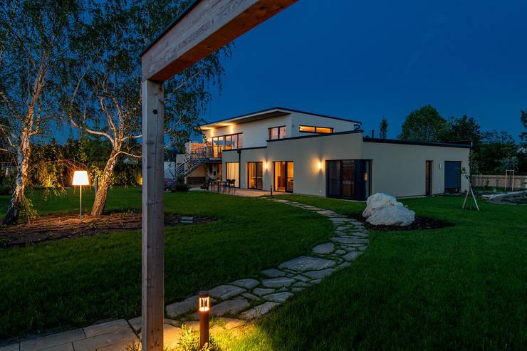 Ökohaus aus Holz, Stroh und Lehm Moderner Garten von AL ARCHITEKT - in Wien Modern