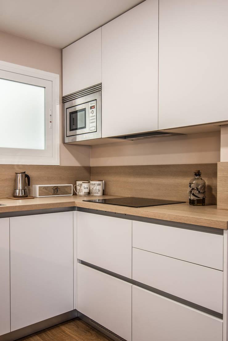 現代廚房設計點子、靈感&圖片 根據 Simetrika Rehabilitación Integral 現代風