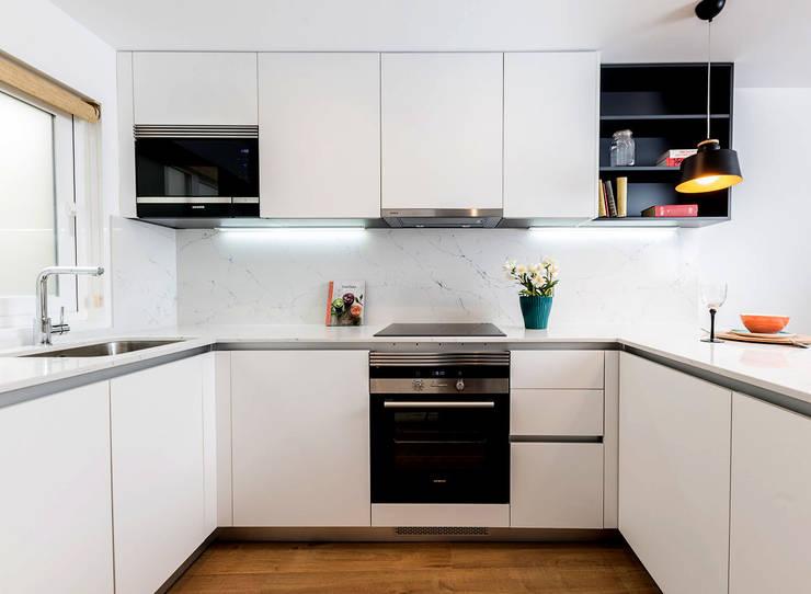 Mediterranean style kitchen by Simetrika Rehabilitación Integral Mediterranean