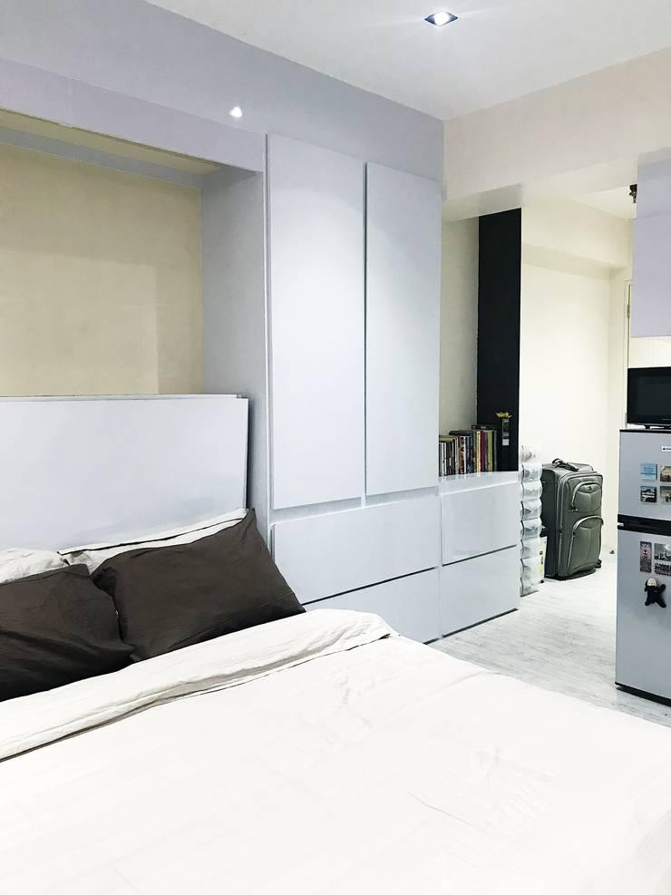 27.12 Residence:  Corridor and hallway by Plus Zero Two Design Studio