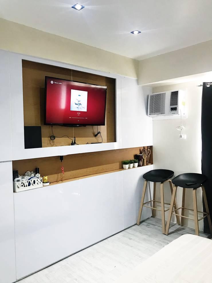 27.12 Residence:  Living room by Plus Zero Two Design Studio