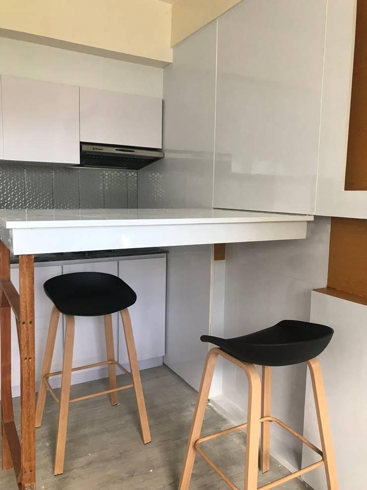 27.12 Residence:  Dining room by Plus Zero Two Design Studio