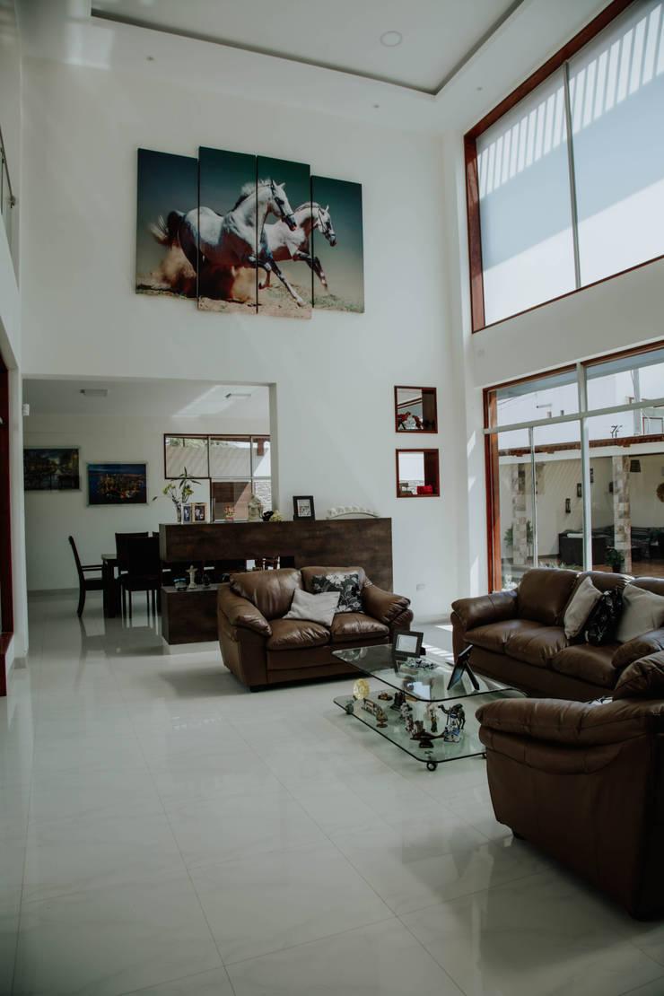 VIVIENDA UNIFAMILIAR VISTA ALEGRE: Salas / recibidores de estilo  por Estudio de Arquitectos Zulueta y Álvarez SAC,