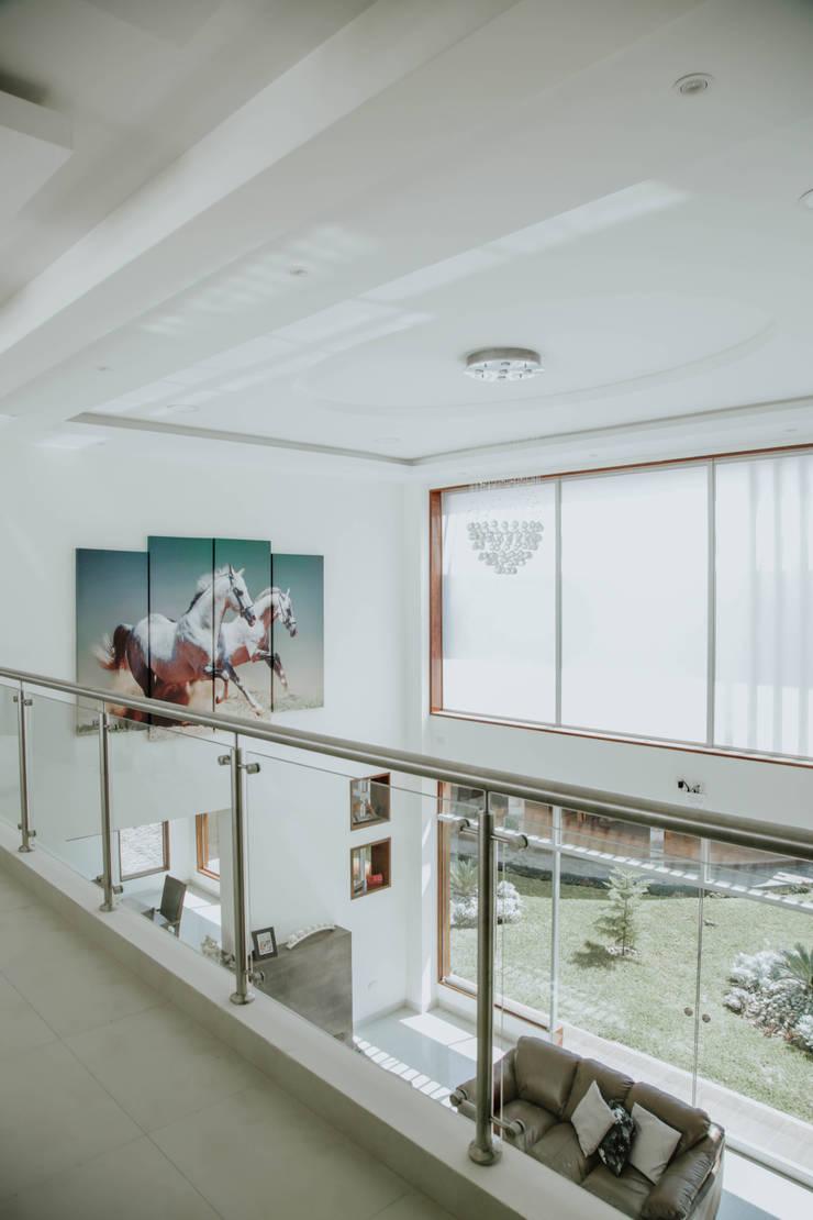 VIVIENDA UNIFAMILIAR VISTA ALEGRE: Pasillos y vestíbulos de estilo  por Estudio de Arquitectos Zulueta y Álvarez SAC,