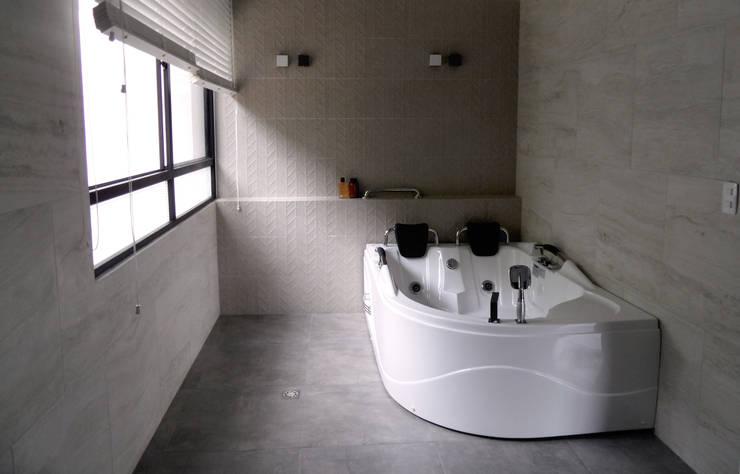 Diseño y Visualización: Baños de estilo  por Arquitectura y Visualización, Moderno