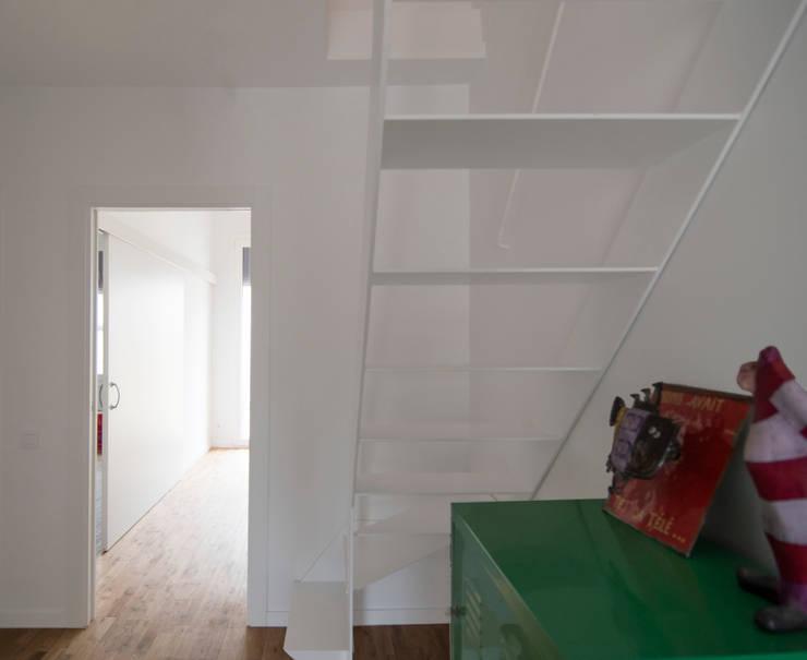 Escalera de chapa para el altillo: Escaleras de estilo  de Divers Arquitectura, especialistas en Passivhaus en Sabadell, Moderno