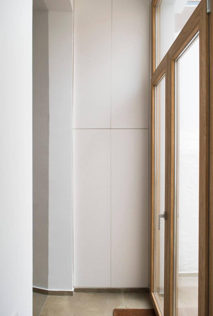 Pequeña galería reconvertida: Pasillos y vestíbulos de estilo  de Divers Arquitectura, especialistas en Passivhaus en Sabadell, Moderno
