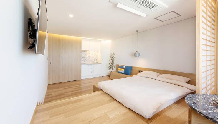 고급팬션 객실 인테리어: 도시건축디자인의  호텔,