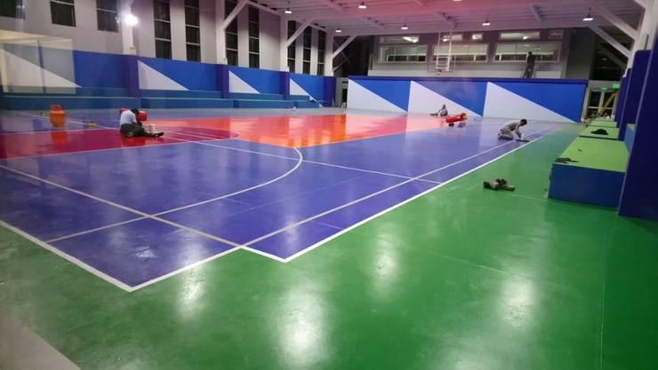 CANCHA DEPORTIVA DE INTERIOR: Gimnasio de estilo  por Assembling Center Games