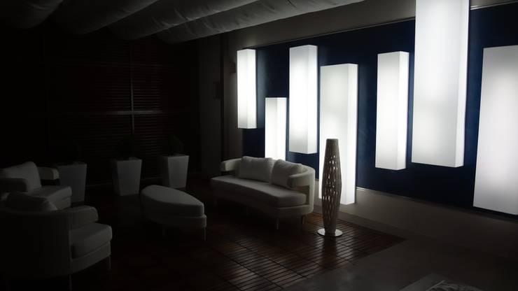 Lámpara Acrílico: Terrazas  de estilo  por AUTANA arquitectos
